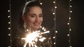 Mujer con las bengalas y un vidrio de champán almacen de video