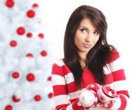 Mujer con las bolas al lado del árbol de navidad Imágenes de archivo libres de regalías