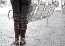 Mujer con las botas marrones Imagen de archivo libre de regalías