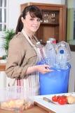 Mujer con las botellas plásticas Imagenes de archivo