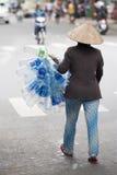 Mujer con las botellas plásticas, Vietnam Fotos de archivo libres de regalías