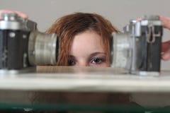 Mujer con las cámaras del ol? Imagen de archivo