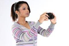 Mujer con las cámaras digitales Imágenes de archivo libres de regalías