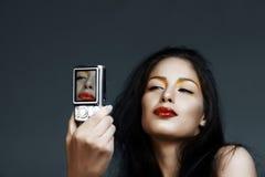 Mujer con las cámaras digitales imagen de archivo