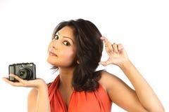 Mujer con las cámaras digitales Foto de archivo