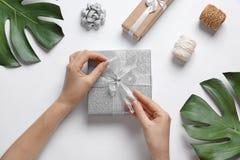 Mujer con las cajas de regalo hermosas imagen de archivo libre de regalías