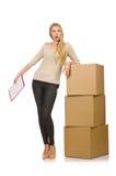Mujer con las cajas que vuelven a poner a la nueva casa aislada Imagen de archivo