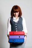 Mujer con las carpetas de la oficina. imagen de archivo libre de regalías