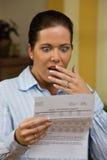 Mujer con las cuentas sin pagar Foto de archivo libre de regalías