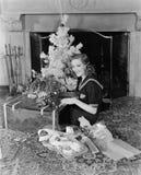 Mujer con las decoraciones de la Navidad (todas las personas representadas no son vivas más largo y ningún estado existe Garantía Foto de archivo libre de regalías