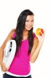 Mujer con las escalas después de una dieta acertada Fotos de archivo