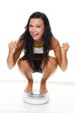 Mujer con las escalas después de una dieta acertada Fotos de archivo libres de regalías