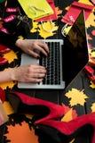 Mujer con las etiquetas del ordenador portátil y de la venta Foto de archivo