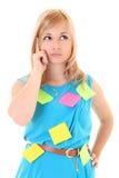 Mujer con las etiquetas engomadas coloreadas aisladas sobre blanco Imágenes de archivo libres de regalías