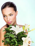 Mujer con las flores Fotos de archivo libres de regalías