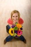Mujer con las flores Imagenes de archivo
