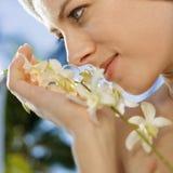 Mujer con las flores. Fotografía de archivo