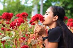 Mujer con las flores Imágenes de archivo libres de regalías