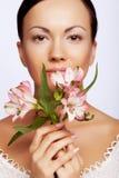 Mujer con las flores aisladas en blanco Imagenes de archivo