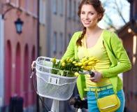 Mujer con las flores de la primavera Foto de archivo libre de regalías