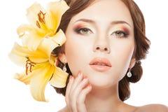 Mujer con las flores del lirio Imagen de archivo libre de regalías