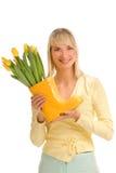 Mujer con las flores frescas Fotografía de archivo libre de regalías