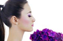 Mujer con las flores púrpuras Imágenes de archivo libres de regalías