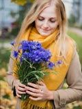Mujer con las flores, ramo del aciano en la mano femenina imagenes de archivo