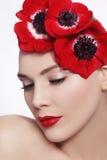 Mujer con las flores rojas imágenes de archivo libres de regalías