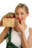 Mujer con las fresas fotos de archivo libres de regalías