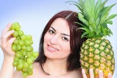 Mujer con las frutas asoleadas Imagen de archivo