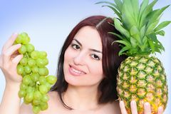 Mujer con las frutas asoleadas Imagenes de archivo