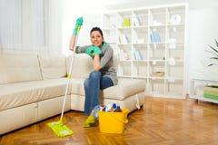 Mujer con las fuentes de limpieza Foto de archivo libre de regalías