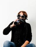 Mujer con las gafas de la soldadura que bebe la cerveza imagenes de archivo