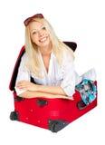 Mujer con las gafas de sol dentro de la maleta Fotografía de archivo