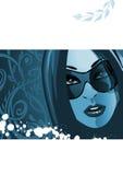 Mujer con las gafas de sol en azul Foto de archivo libre de regalías