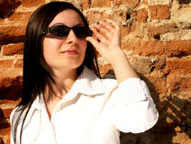 Mujer con las gafas de sol que miran al futuro foto de archivo