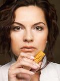 Mujer con las galletas Imágenes de archivo libres de regalías