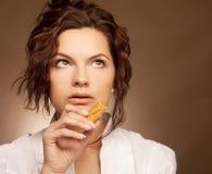Mujer con las galletas Foto de archivo
