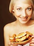 Mujer con las galletas Fotos de archivo