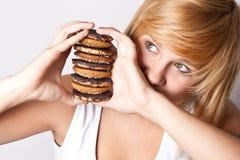 Mujer con las galletas de microprocesador de chocolate Imágenes de archivo libres de regalías
