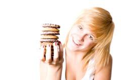 Mujer con las galletas de viruta de chocolate Imágenes de archivo libres de regalías