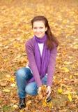 mujer con las hojas amarillas Fotos de archivo libres de regalías