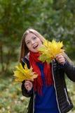 Mujer con las hojas de arce imágenes de archivo libres de regalías
