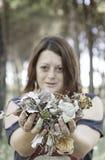 Mujer con las hojas de otoño Fotos de archivo libres de regalías