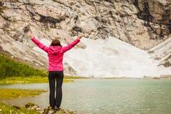 Mujer con las manos aumentadas en montañas noruegas Imagenes de archivo