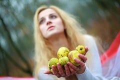 Mujer con las manzanas Fotografía de archivo libre de regalías