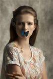 Mujer con las mariposas coloridas imagen de archivo