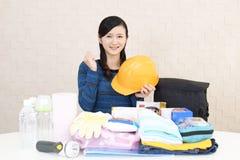 Mujer con las mercancías de la prevención de desastre imagen de archivo libre de regalías