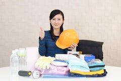 Mujer con las mercancías de la prevención de desastre imágenes de archivo libres de regalías